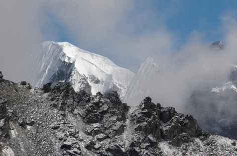 Sommet émergeant des brumes - Bhoutan -
