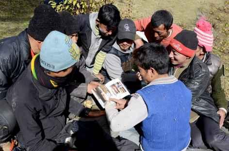 Equipe de yakmen autour d'un magazine de mode - Bhoutan -