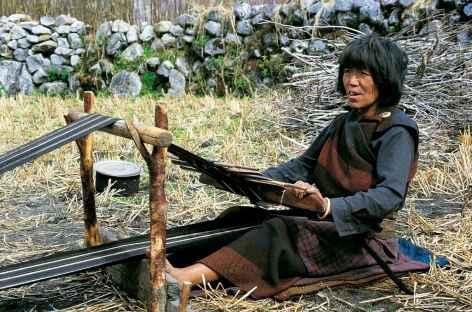 Vieille femme de Thangza tissant - Bhoutan -