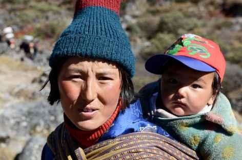 Deux générations de yakmen - Bhoutan -