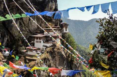 Taktsang à travers les drapeaux de prière - Bhoutan -