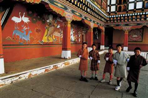 Jeunes garçons dans le dzong de Paro - Bhoutan -