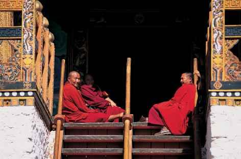 Moine à l'entrée d'un temple - Bhoutan -