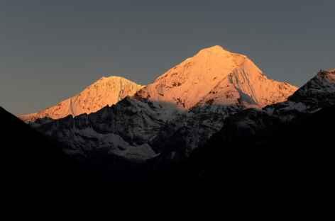 Lever de soleil sur les massifs depuis Chebisa - Bhoutan -