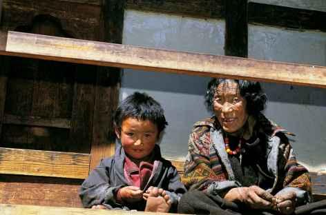 Deux générations à Choezo dzong - Bhoutan -