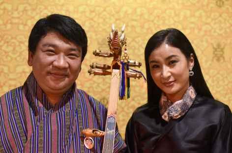 Artistes bhoutanais - Namkha Lhamo et Pema, joueur de Dramnyen - Bhoutan -