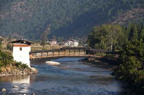 Punakha - Pont de bois pour entrer au dzong - Bhoutan -
