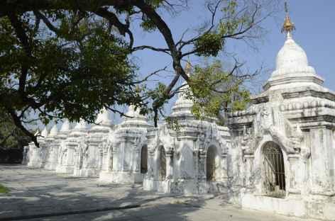 Pagode Kuthodaw avec des 729 stèles de marbre - Mandalay - Birmanie -