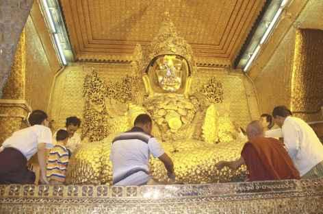 Bouddha doré de la pagode Mahamuni à Mandalay - Birmanie -
