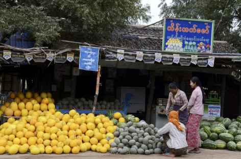 Marché le long de la route vers Pakkoku - Birmanie -