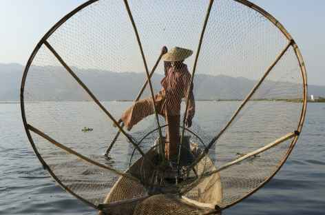 Filet traditionnel et pêcheur sur le lac Inle - Birmanie -