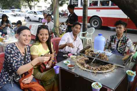 Petite dégustation sur un marché de Yangon - Birmanie -