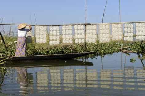 Séchage de nouilles artisanales sur le lac Inle - Birmanie -