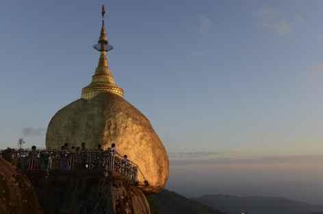 Fin du jour sur le Rocher d'Or - Birmanie -