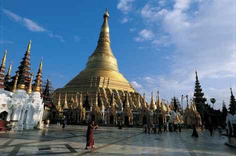 Vue sur la célèbre pagode Shwedagon à Yangon - Birmanie -