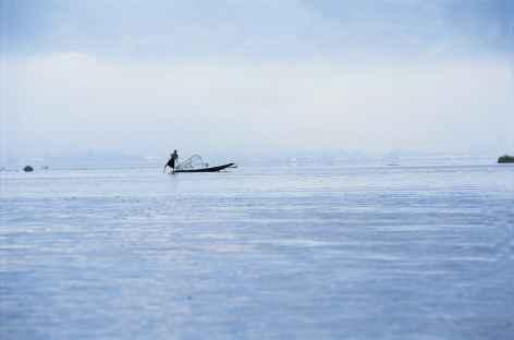 Pêcheur Intha dans les brumes du matin - Birmanie -