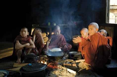 Préparation du déjeuner dans un monastère - Birmanie -