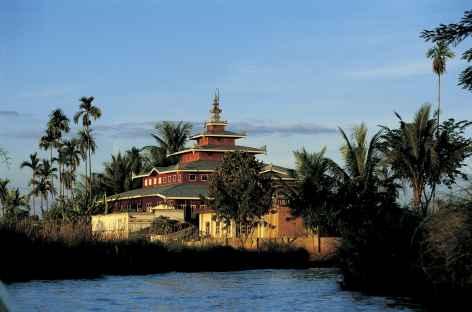 Petit monastère sur les rives du lac Inle - Birmanie -