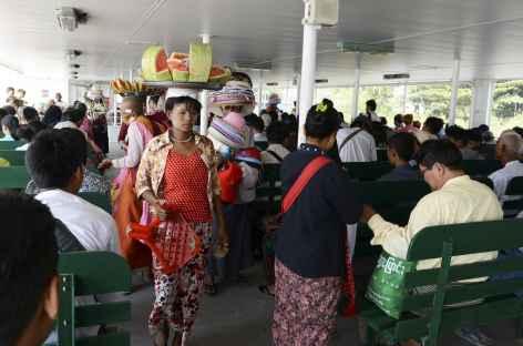 Traversée sur le ferry de la rivière Yangon - Birmanie -