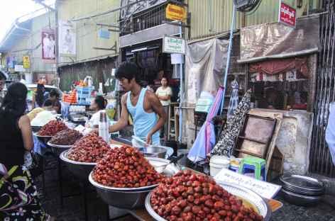 Marché dans les quartiers anciens de Yangon - Birmanie -