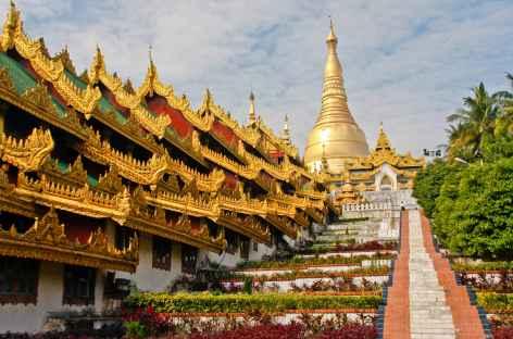 L'un des corridors d'accès à la pagode Shwedagon, Yangon - Birmanie -