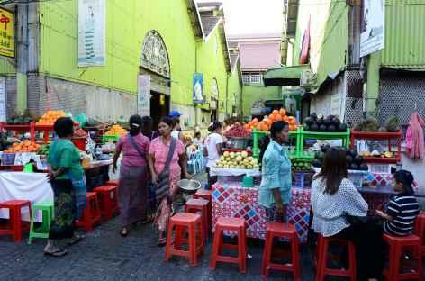 Rue marchande au Scott Market de Yangon - Birmanie -