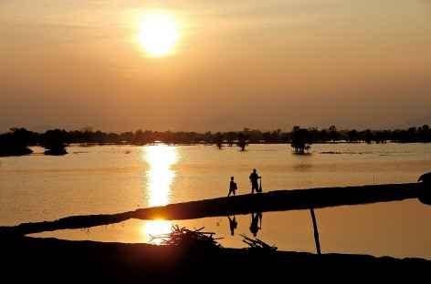 Coucher de soleil sur la rivière Tonle Sap - Cambodge -