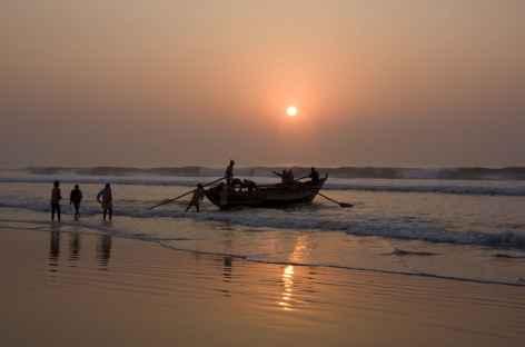 Retour des pêcheurs sur la plage de Gopalpur -