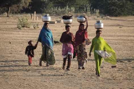 Femmes revenant du puit  - Rajasthan, Inde -