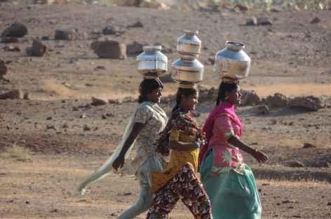 Femme du Rajasthan, en route pour le puit, Inde -