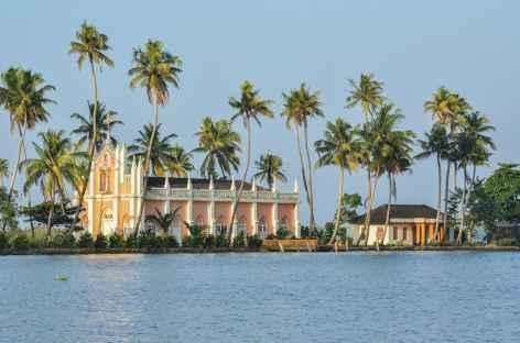 Eglise de village sur les bords des backwater, Inde du Sud -