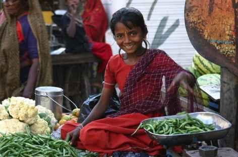 Filette au marché, Gujarat -