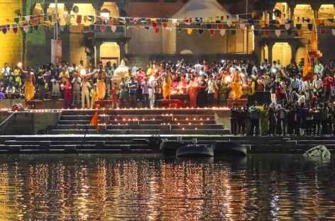Prière sur les Ghats, Varanasi, Uttar Pradesh - Inde -