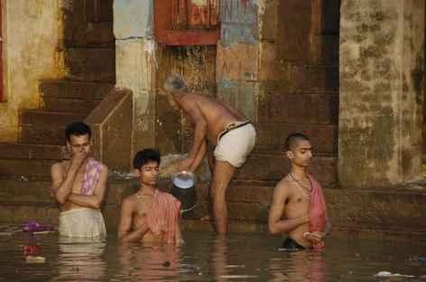 Prière et purification à Varanasi, Uttar Pradesh - Inde -