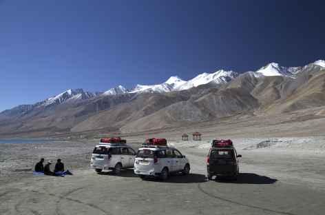 Ambiance désertique sur les rives du lac Pangong Tso - Ladakh, Inde -