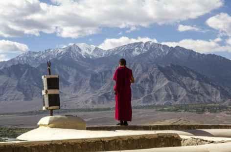 Moine en admiration de la vallée de l'Indus, Ladakh - Inde -