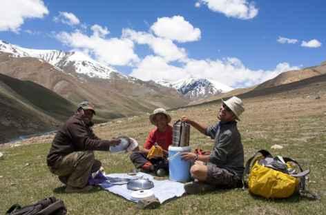 Préparation du pique-nique, Ladakh, Zanskar- Inde -