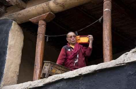 Moine qui range ses affaires de prière, Ladakh, Zanskar- Inde -