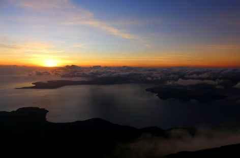 Lever de soleil depuis le sommet du volcan Lewotolo - Indonésie -