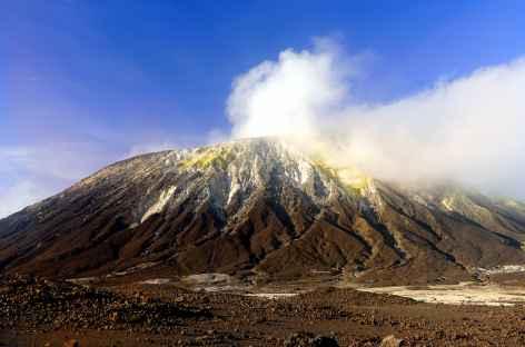 Le volcan Lewotolo fumant, île de Lembata - Indonésie -