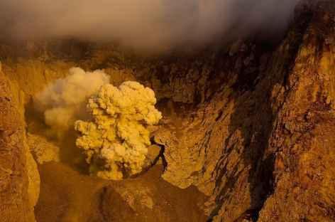 Ile-volcan Komba en grosse activité - Indonésie -