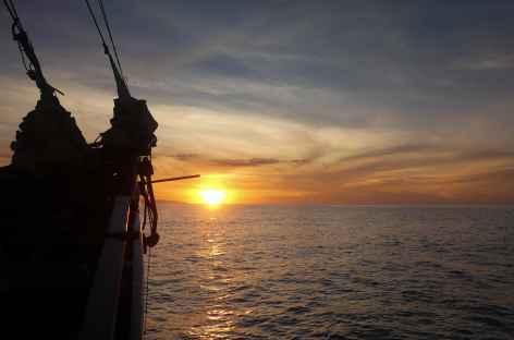 Navigation dans la baie de Maumere, Flores - Indonésie -