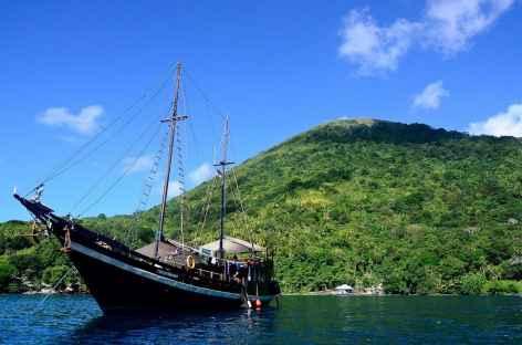 Notre bateau au pied du volcan Gunung Api, Banda - Indonésie -