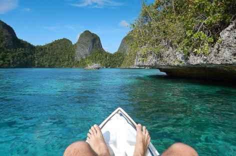 A bord d'un kayak de mer, archipel de Wayag, Raja Ampat - Indonésie -