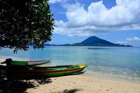 Volcan Gunung Api (640 m) depuis l'île de Pisang, archipel de Banda - Indonésie -