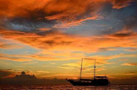 Navigation vers l'île de Koon au coucher du soleil - Indonésie -