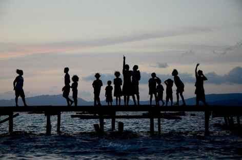 Coucher de soleil sur l'île de Mutus Besar, Raja Ampat - Indonésie -
