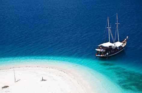 Notre bateau au mouillage sur une plage de rêve -
