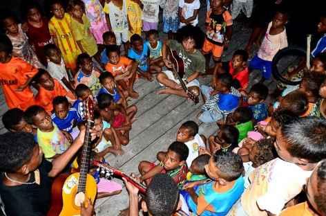 Chants et danses avec les enfants, au village de Yensawai, île de Batanta - Indonésie -