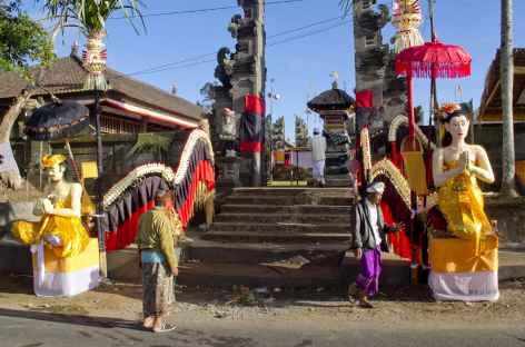 Temple hindouiste balinais lors d'une cérémonie religieuse - Indonésie -